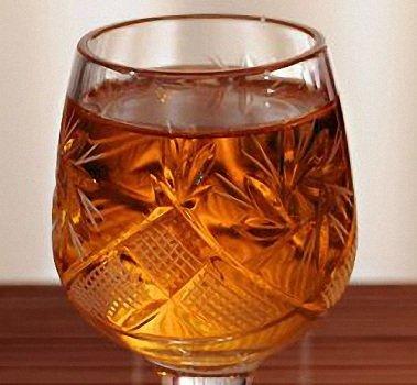 У готовой настойки красивый чайный цвет