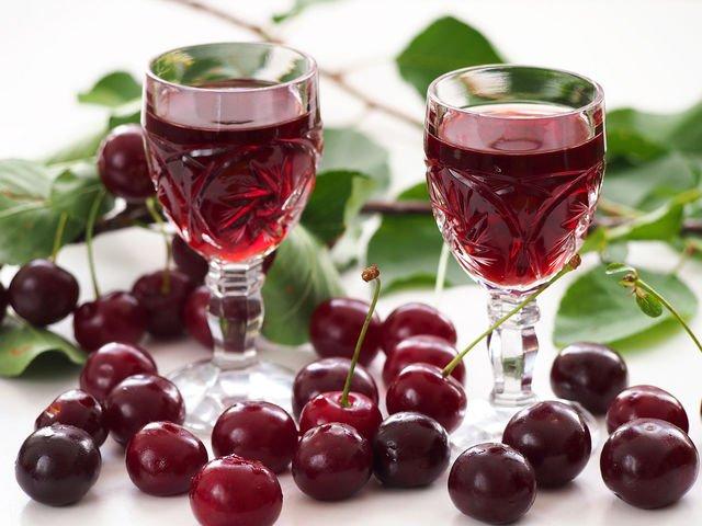 два бокала с вишневой настойкой