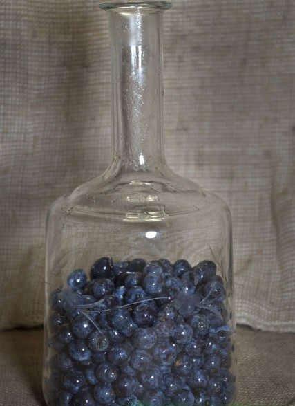 ягоды в бутылке от водки