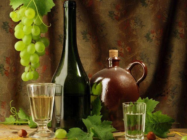 водка и виноград на столе