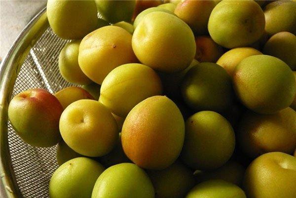 фрукты на друшлаке