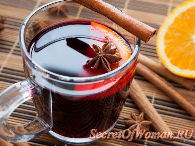Горячий напиток и палочка корицы