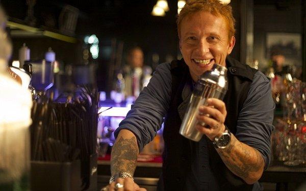 бармен за работой