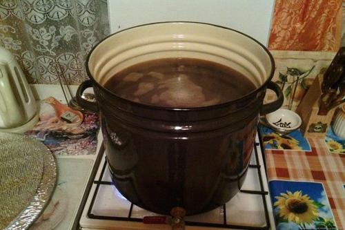 кипящая вода в кастрюле