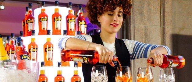 девушка с напитками