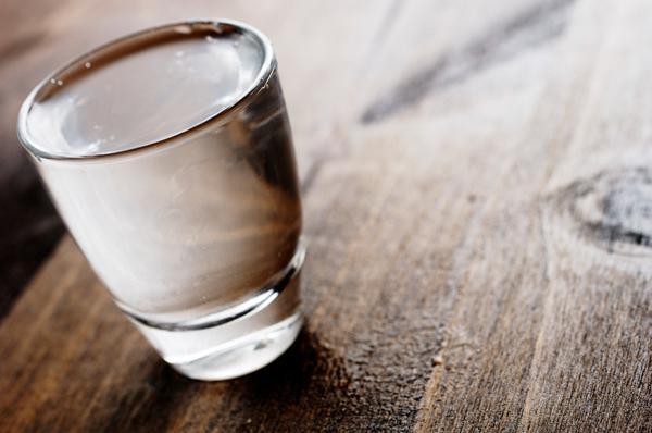 Рюмка водки на столе