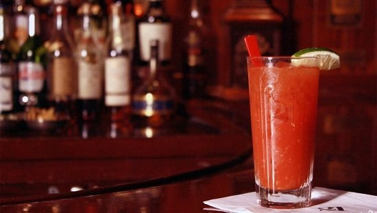 коктейль блад мэри на барной стойке