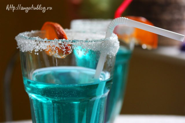 сахар на краю стакана