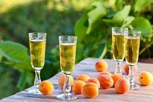 Напиток в красивых бокалах на столе