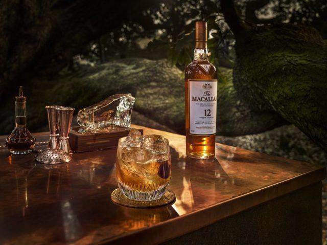 виски Macallan 12 на столе