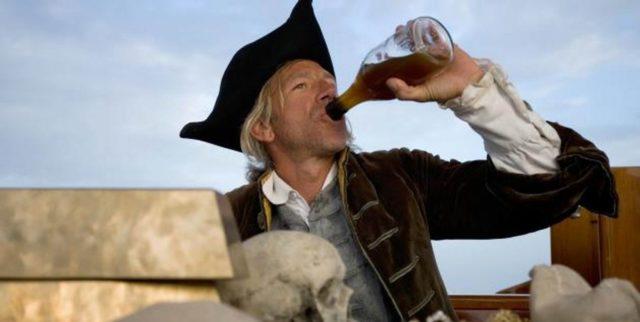 пират пьет ром