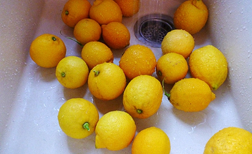 хорошо промойте лимоны