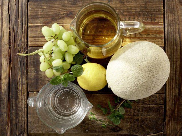 белая сангрия с виноградом и дыней
