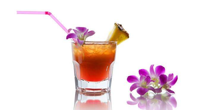 подача коктейля Май Тай