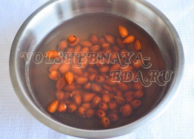 миндальные орехи залить водой