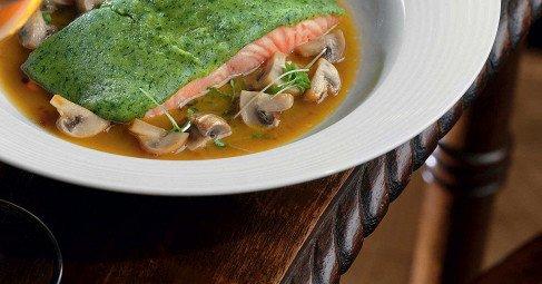 Филе лосося взеленом панцире сгрибным соусом