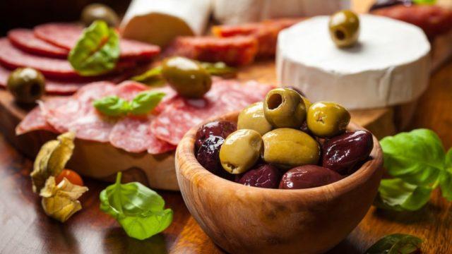 сыры мясо и оливки