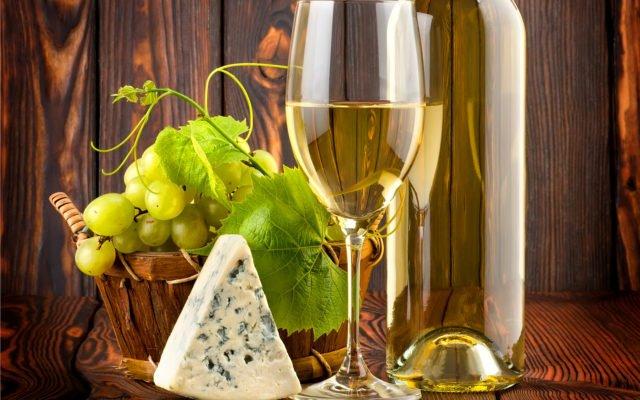 Вино Шабли в бокале