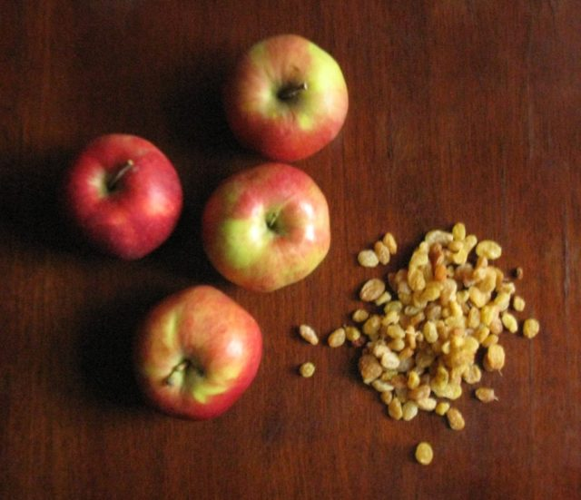 Изюм и яблоки