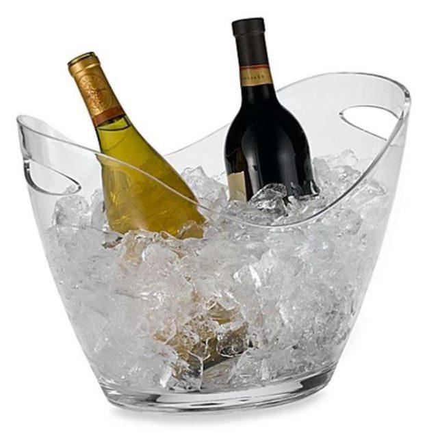 Вина в ведерке со льдом