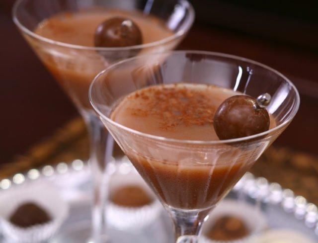 Коктейль с текилой, виски, молоком и какао