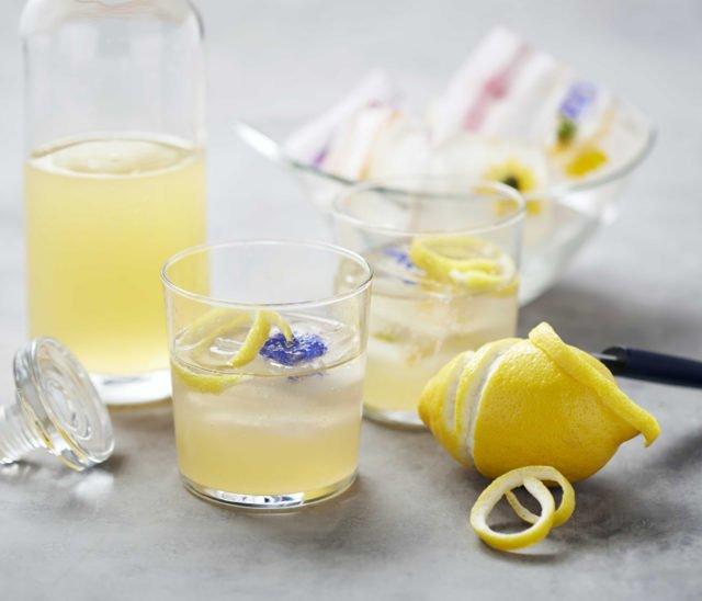 Коктейль из джина, виски и лимонного сока